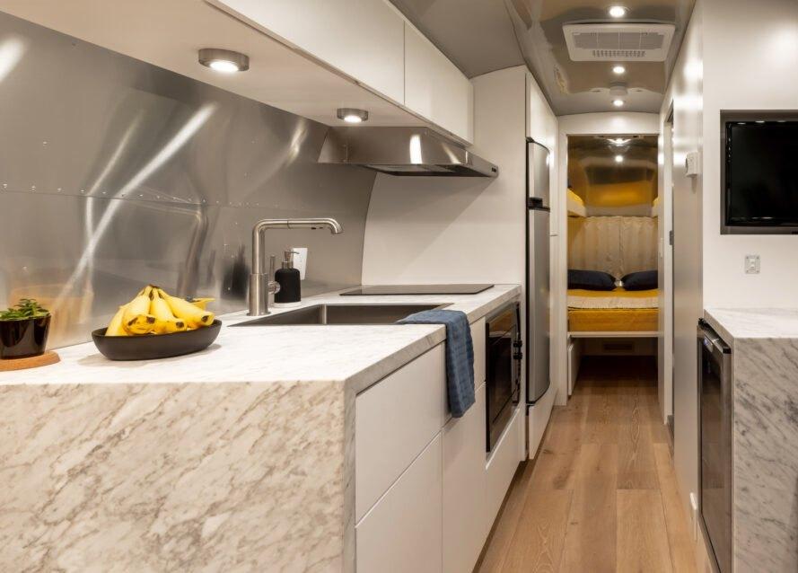 equipada con muebles hechos a medida para ahorrar espacio.equipada con muebles hechos a medida para ahorrar espacio / Timeless Travel Trailers