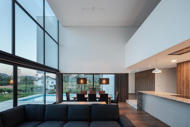 Los interiores son espaciosos y luminosos / Tiago do Vale Arquitetos
