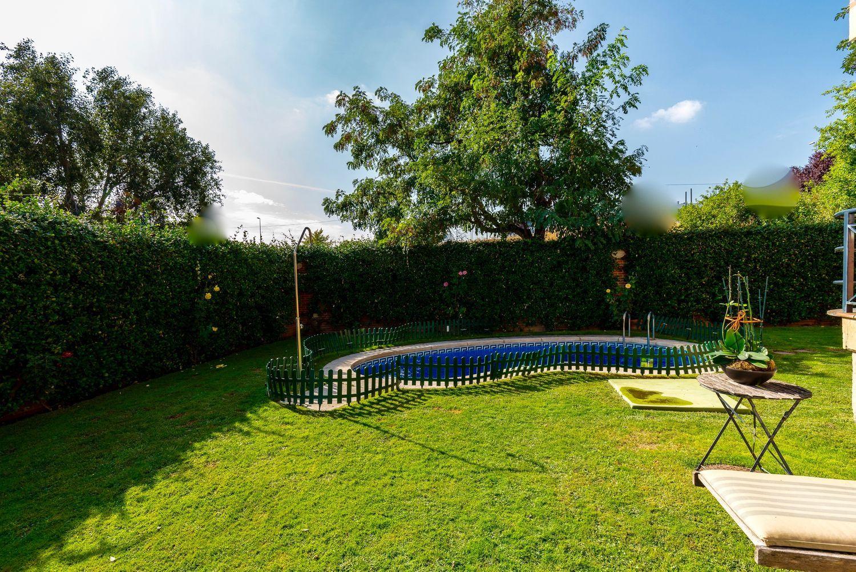 La propiedad dispone de un amplio jardín y piscina