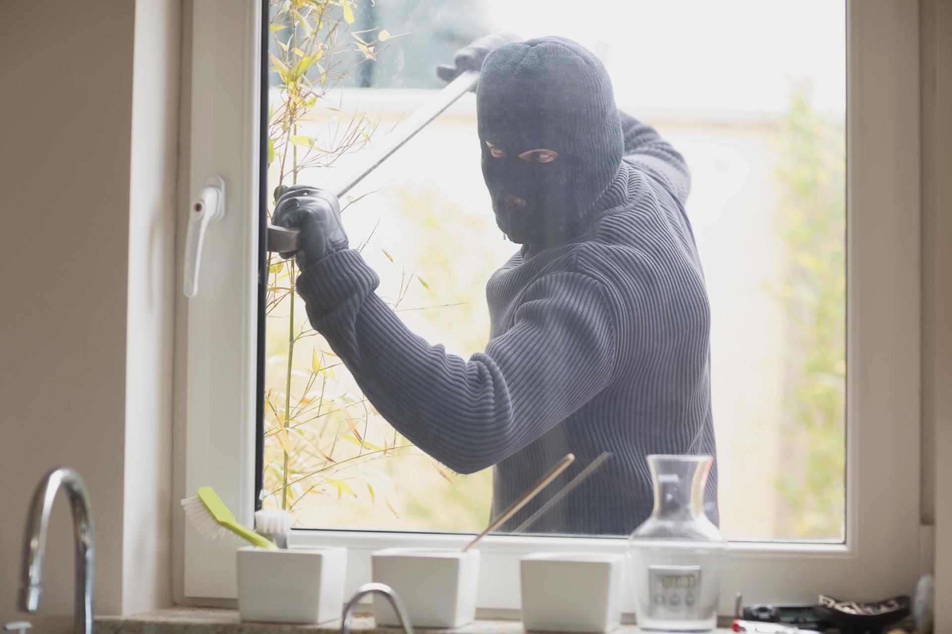 Ladrón intentando entrar en una vivienda / Gtres