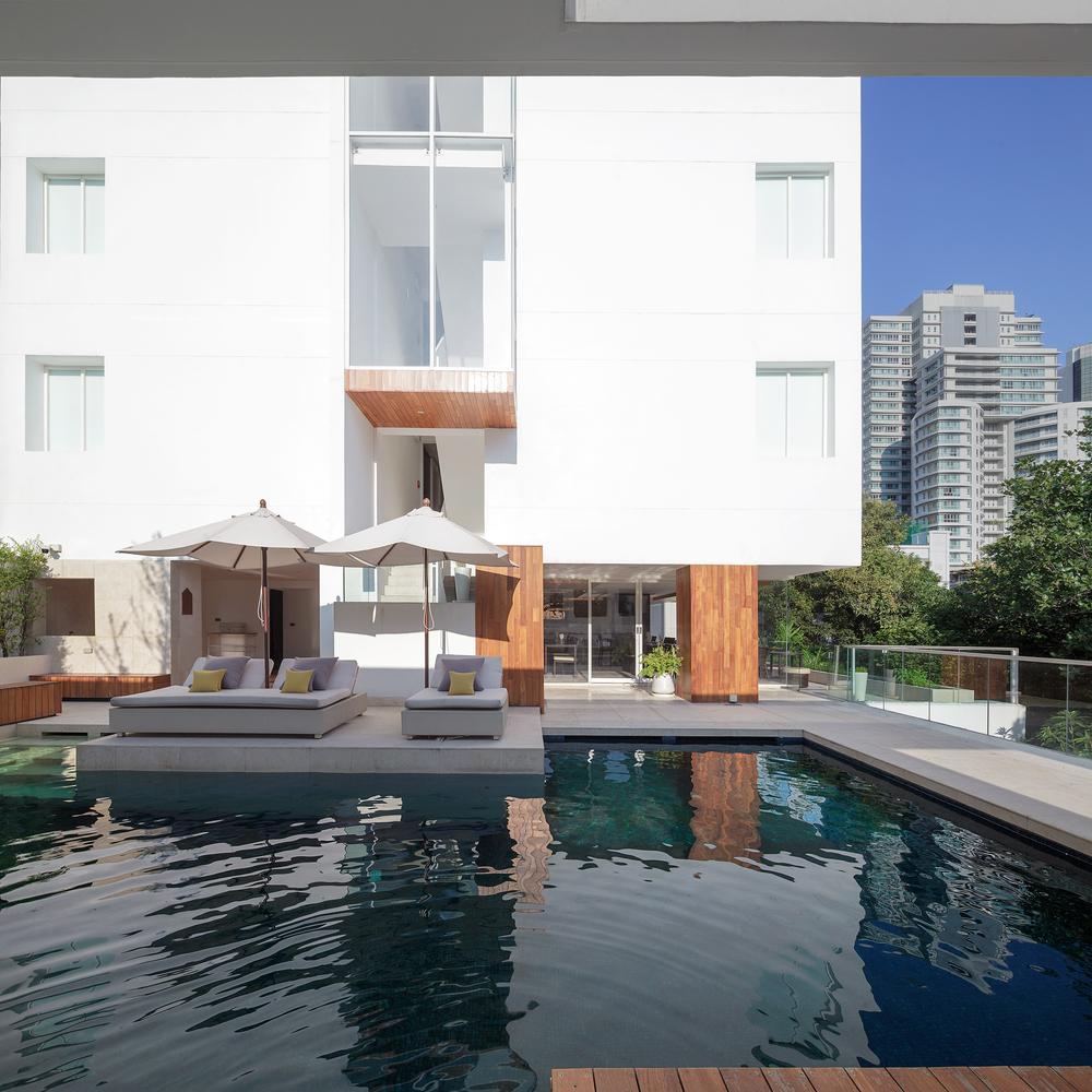 La piscina del hotel / Soopakorn Srisakul
