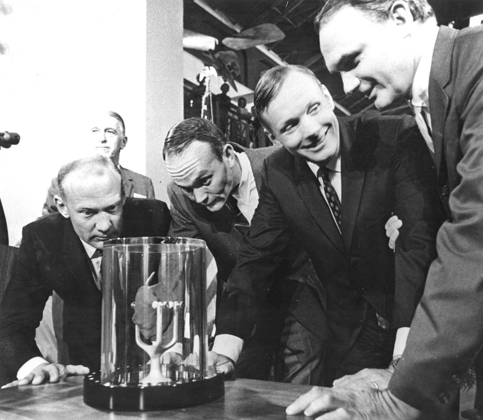 La tripulación del Apolo 11 entrega al Instituto Smithsoniano una de las piedras lunares