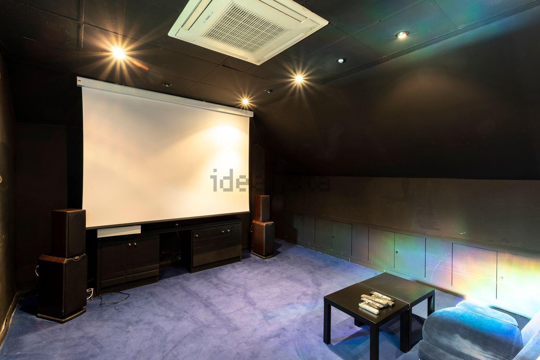 Sala con pantalla