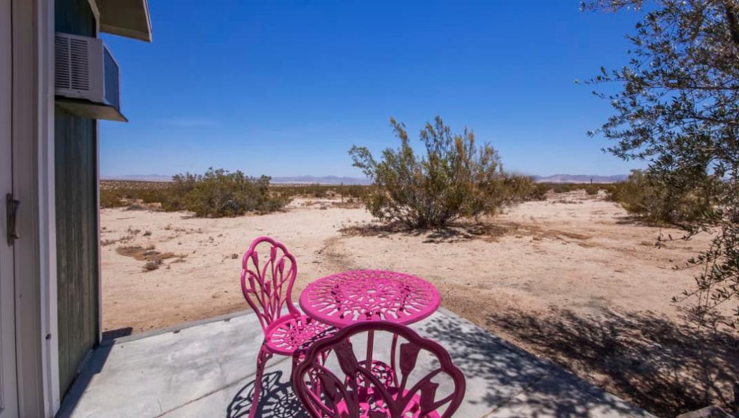 Una mesa y dos sillas llenan el espacio