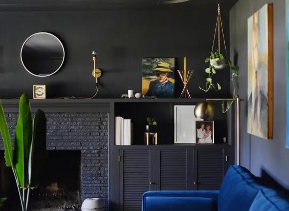Contrasta con un sofá colorido, elementos decorativos claros y plantas