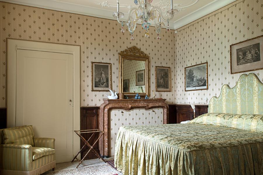 Destaca el papel en las paredes y la decoración recargada