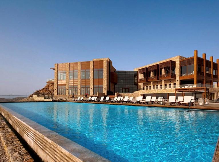 La piscina está en el edifico con las zonas comunes