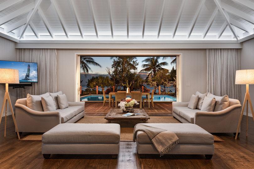 Las làmparas y los sofás dominan el espacio