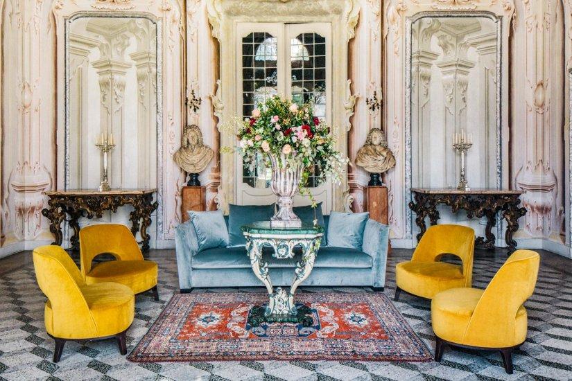 Alfombras, jarrones y sillones dominan la estancia