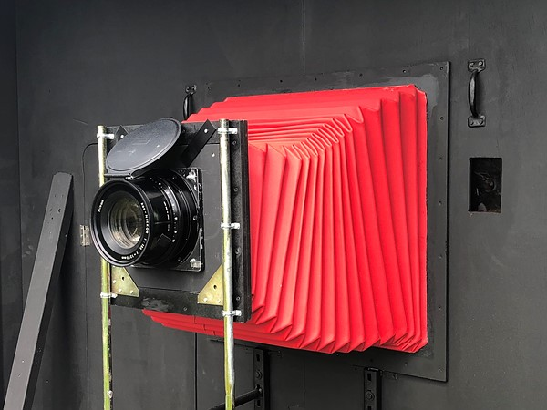 Es la Polaroid más grande, lenta y poco práctica del mundo, según Barry