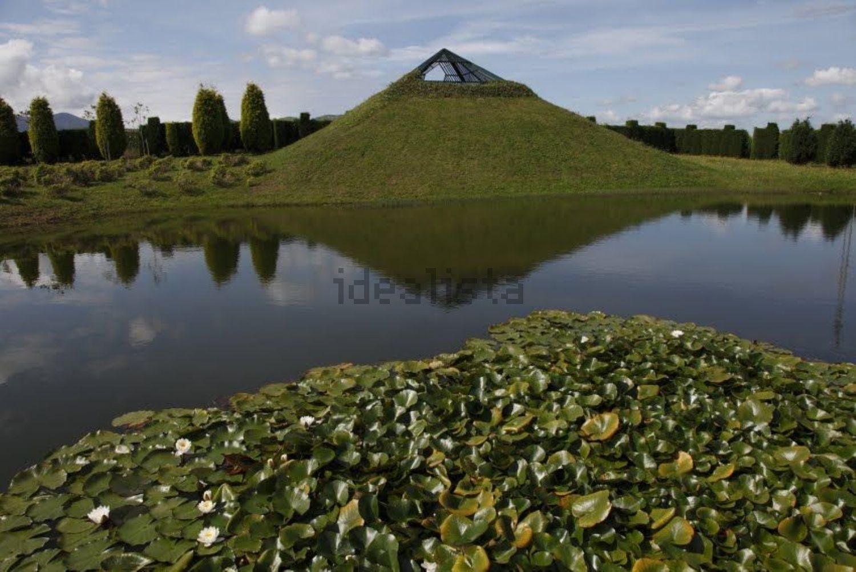 Una pirámide verde