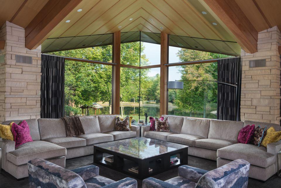 En una casa de 920 m2 no puede faltar un sofá enorme