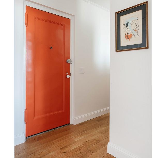 La puerta, con un toque rojo