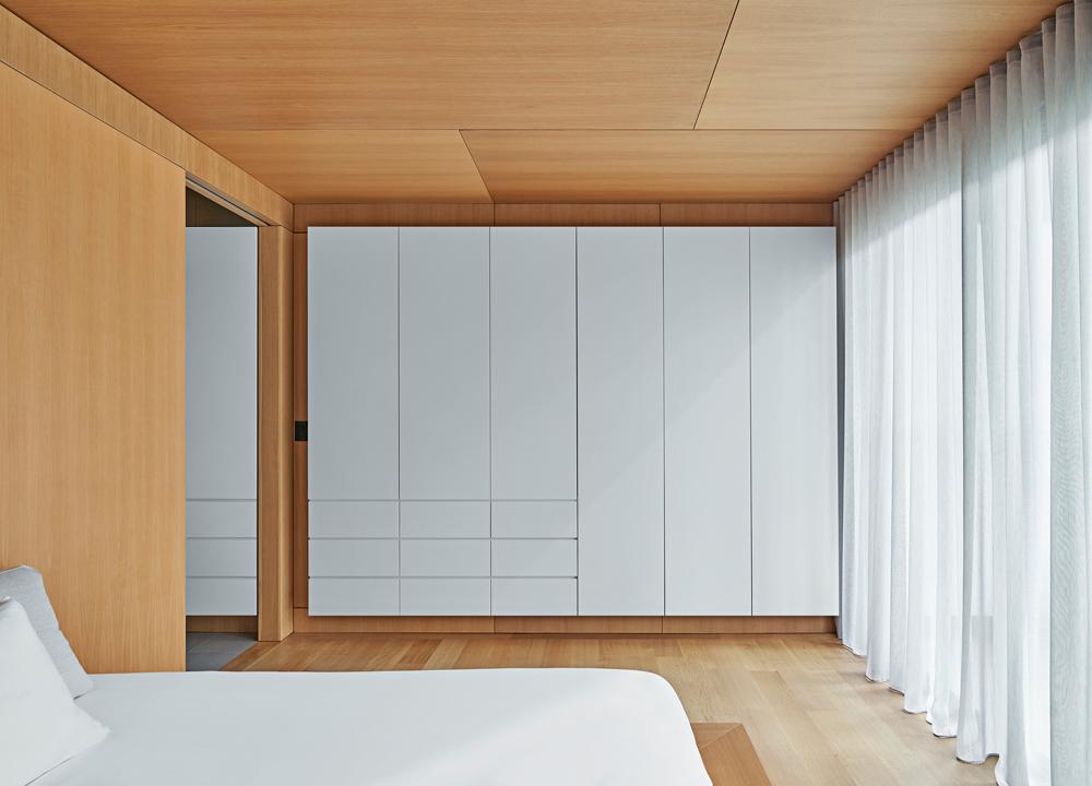 El blanco contrasta con la madera
