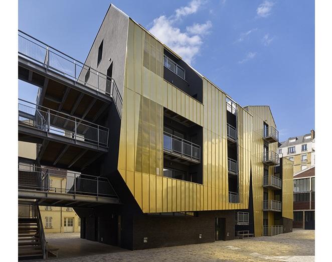 Con balcones y pasillos exteriores