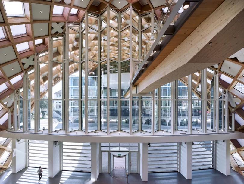 El hall también tiene amplios ventanales