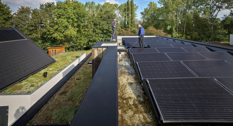 Cuenta con un techo verde y 32 paneles solares