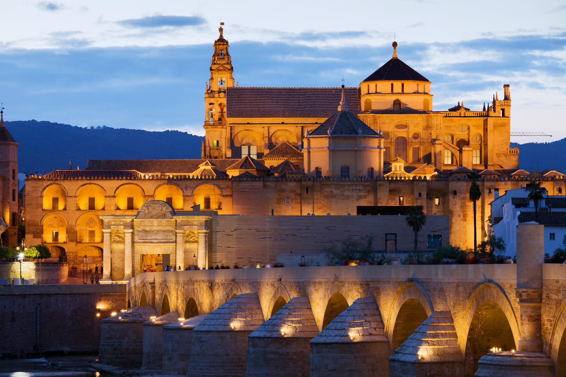 Vistas del puente romano y la Mezquita de Córdoba / Gtres