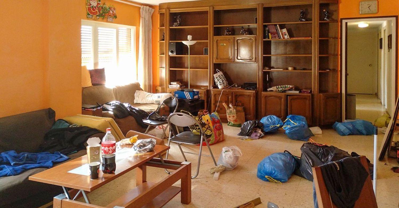 El salón lleno de bolsas de basura