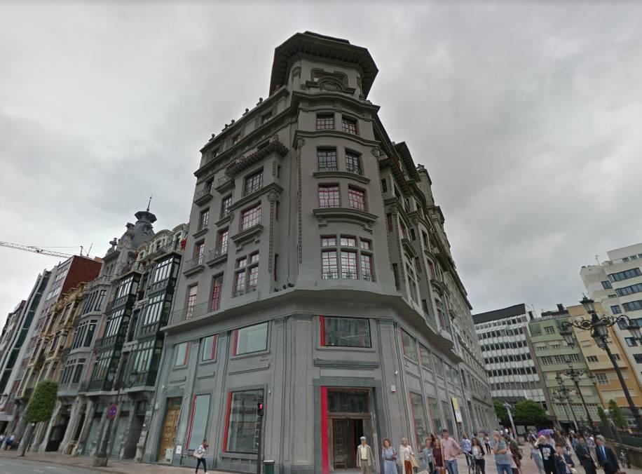 Uno de los edificios que Correos pretende alquilar o vender en Oviedo.