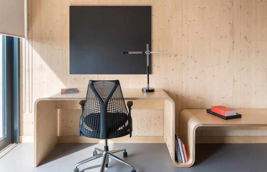 Una mesa y una silla para poder estudiar