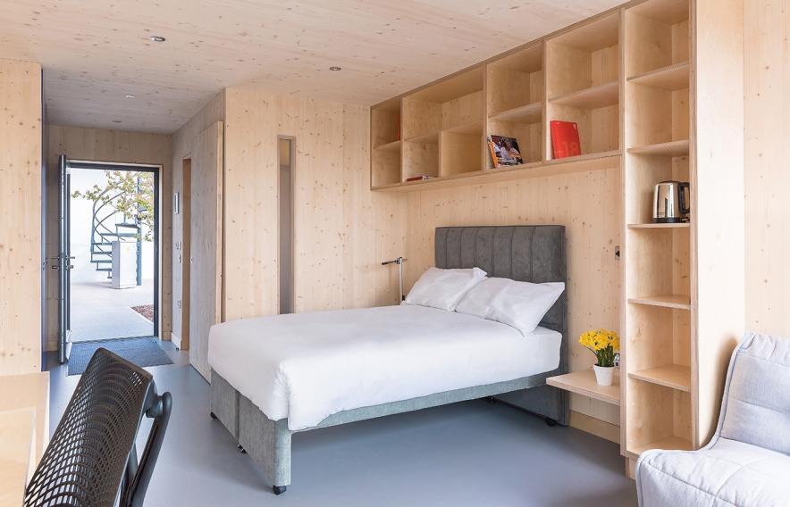 Con estanterías de pared para guardar libros y objetivos decorativos