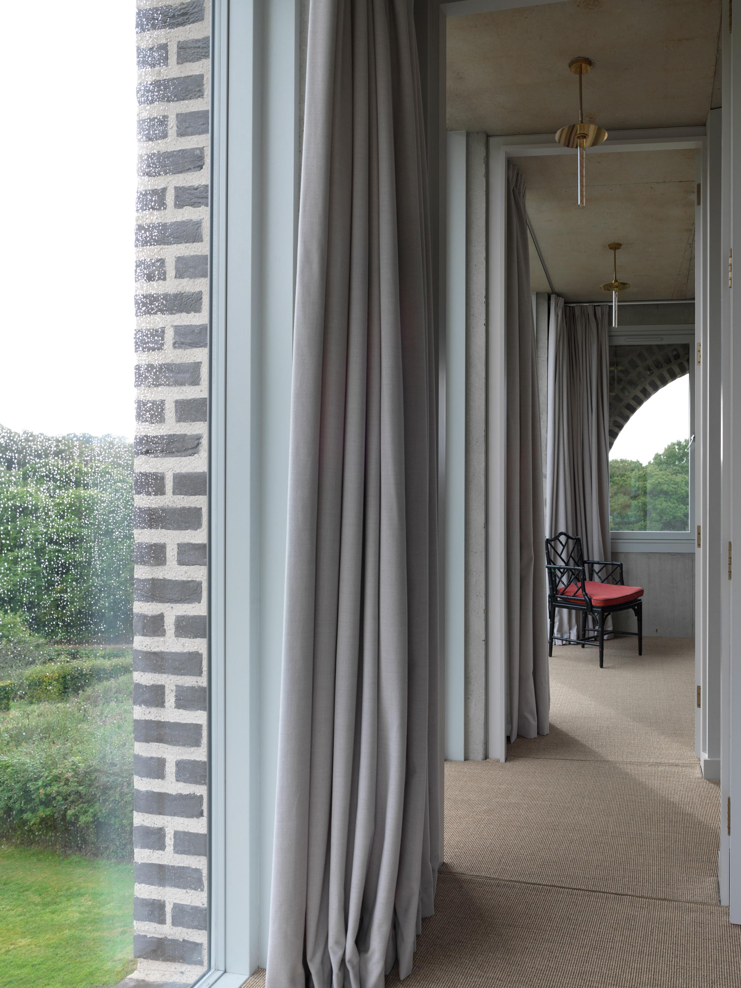 Las cortinas y la silla destacan en el espacio