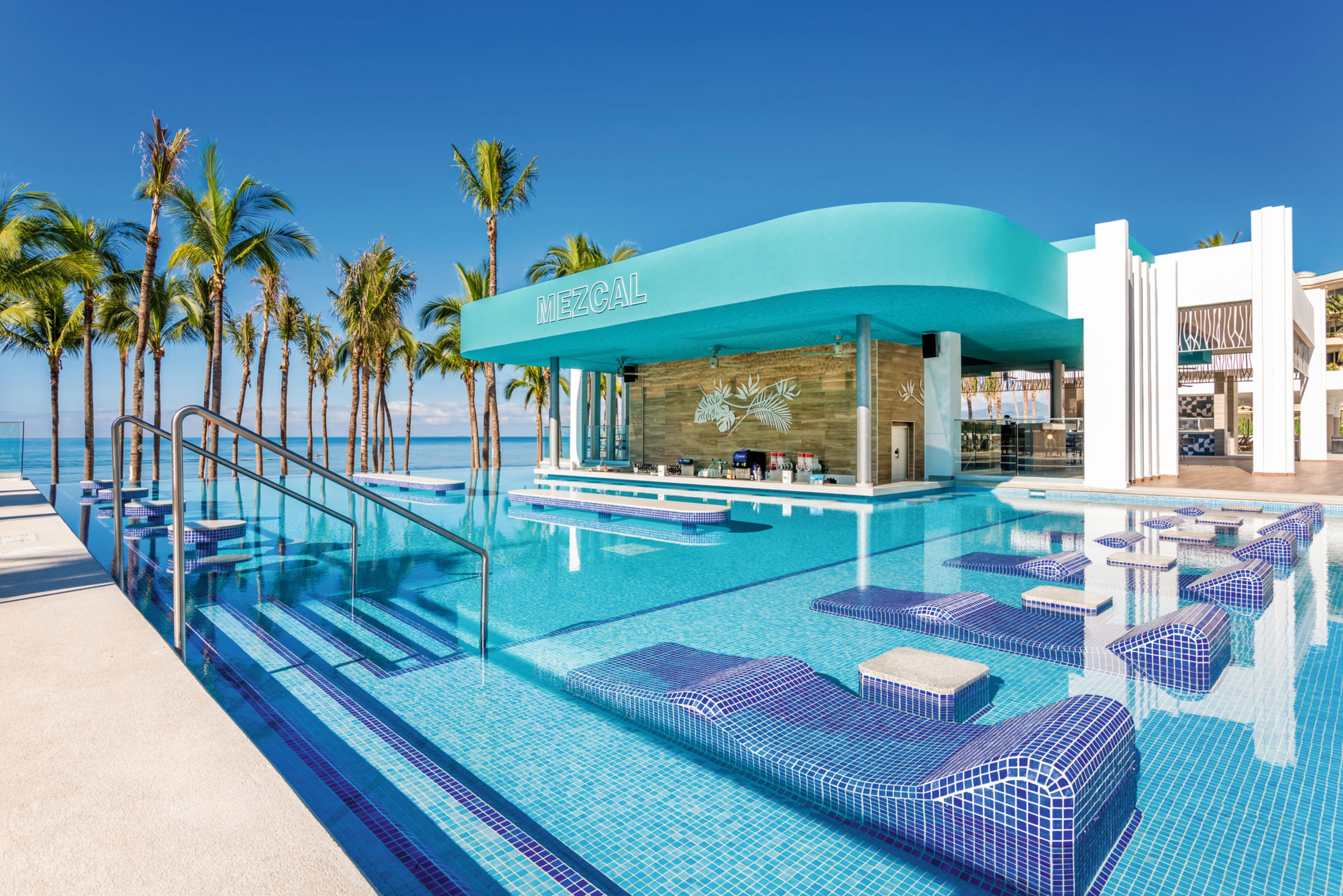 Una de las piscinas con bar