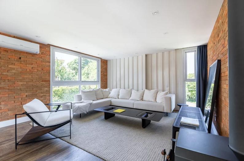 Un gran sofá y la chimenea cobran protagonismo