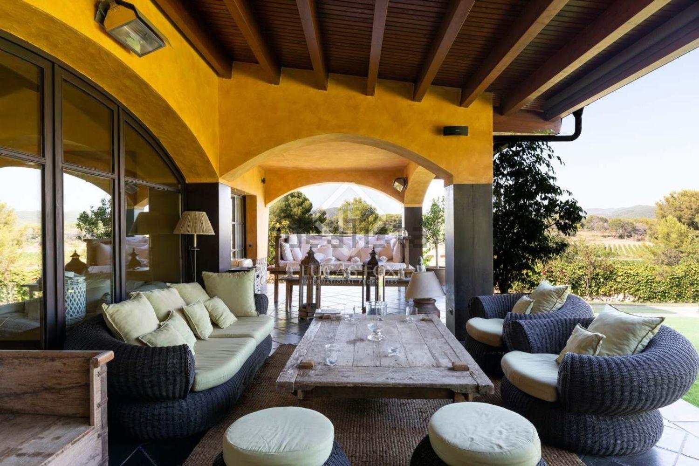 Cuenta con amplias terrazas techadas