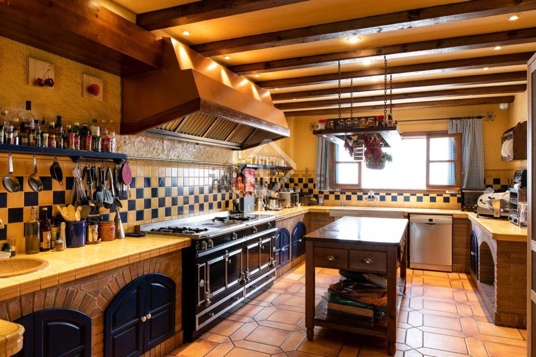 Amplia cocina con detalles en madera y celosía