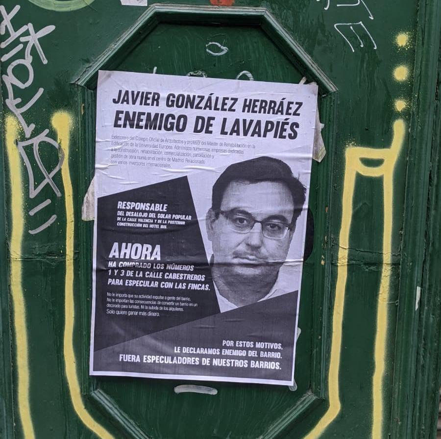 Uno de los carteles que se pueden encontrar en Lavapiés acusando a Javier González Herráez de especulador.