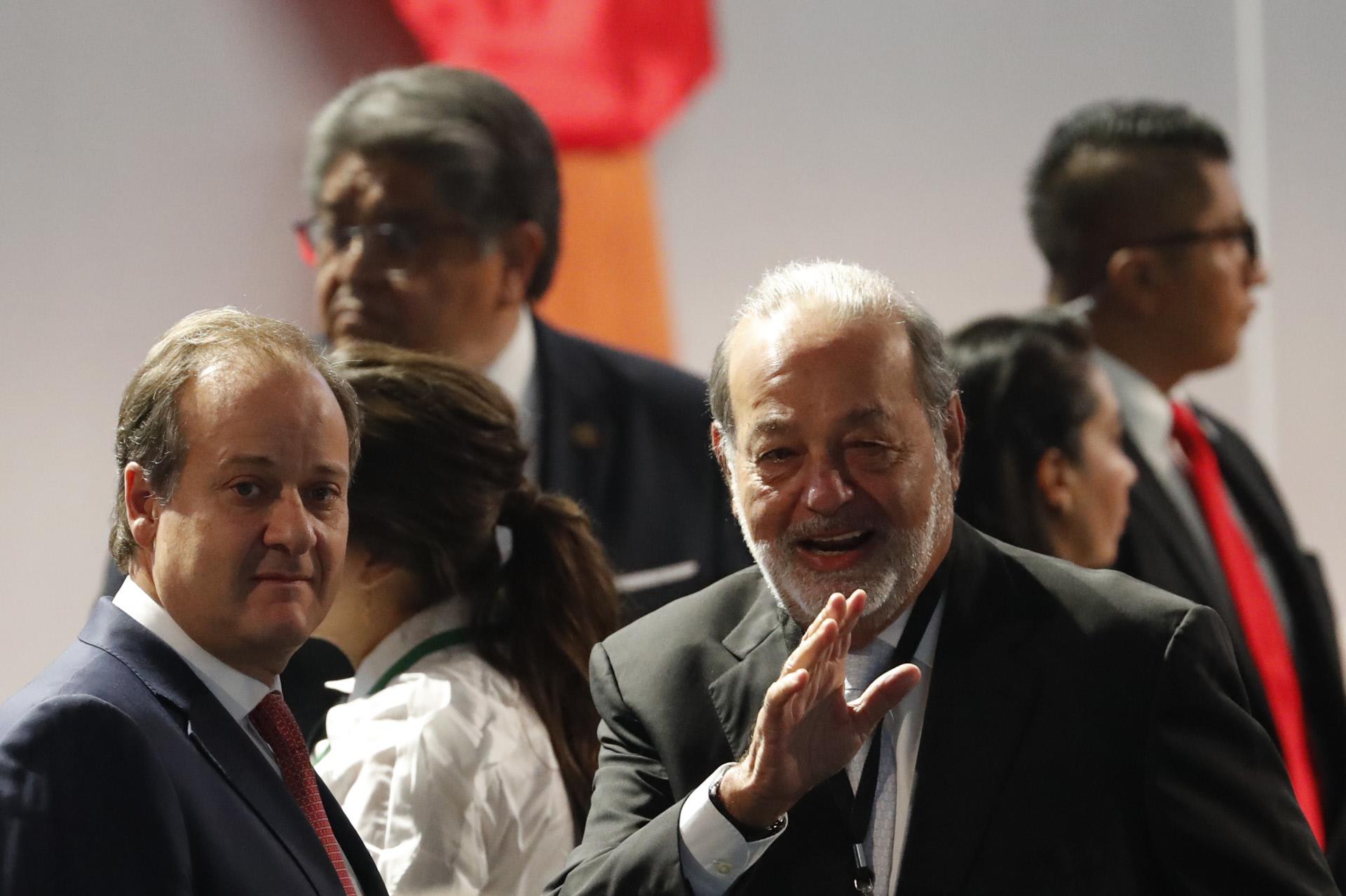 Carlos Slim saludando a la derecha de la imagen / Gtres