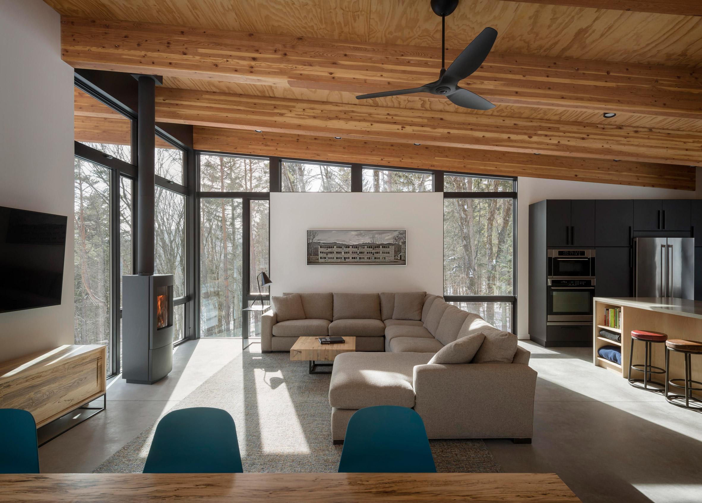 Las vigas de madera del techo y los ventanales, protagonistas