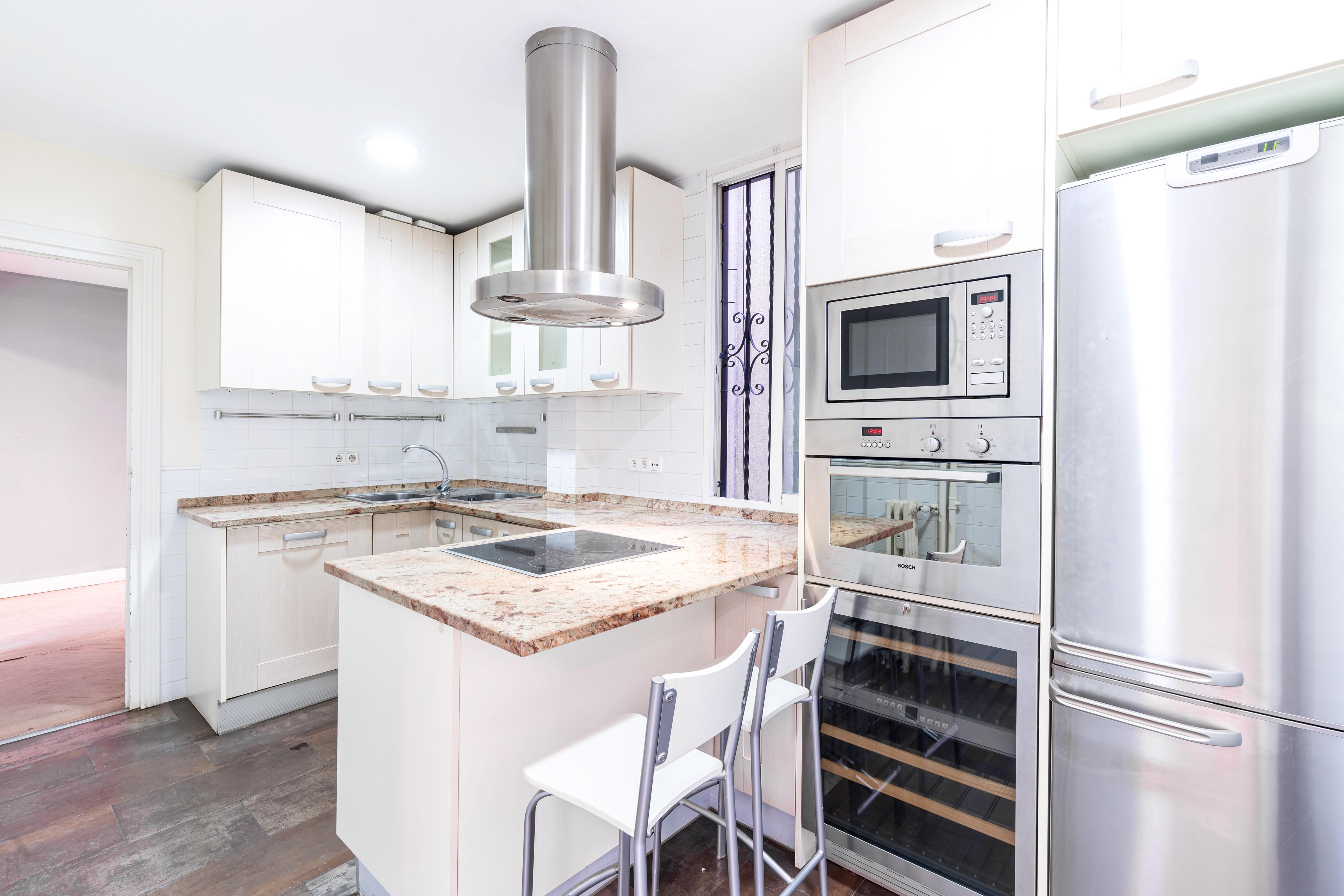 Amplia cocina con horno, nevera y microondas