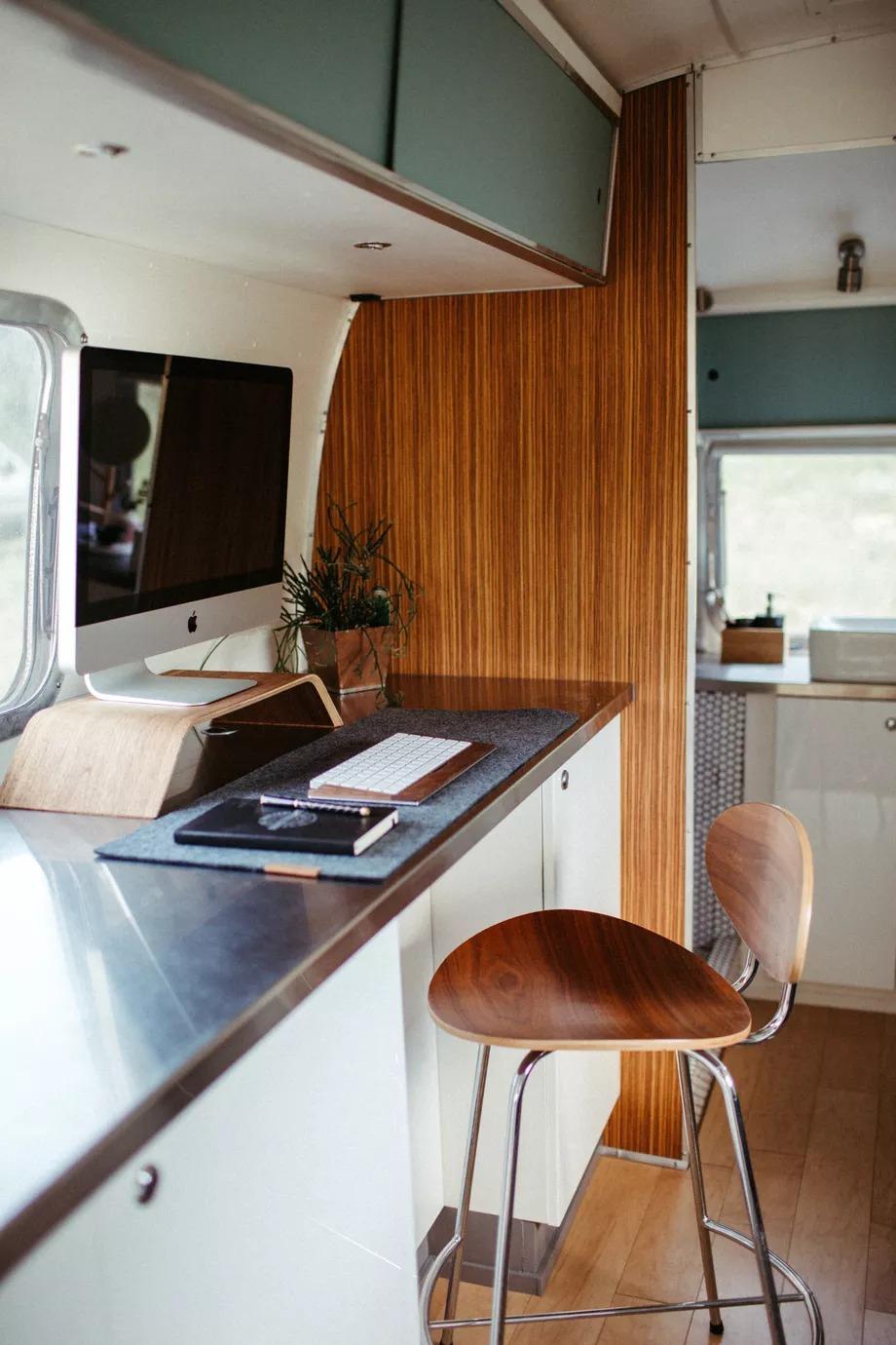 Salón con televisión / Traverse Design + Build Christine Marie Photo