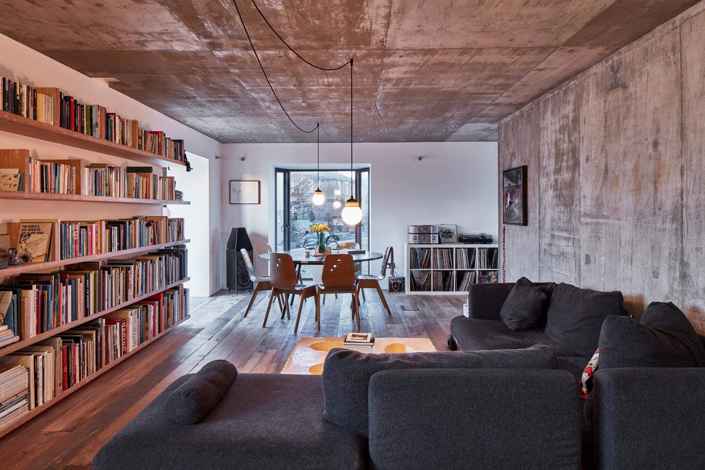 Una estantería y un gran sofá, protagonistas del espacio