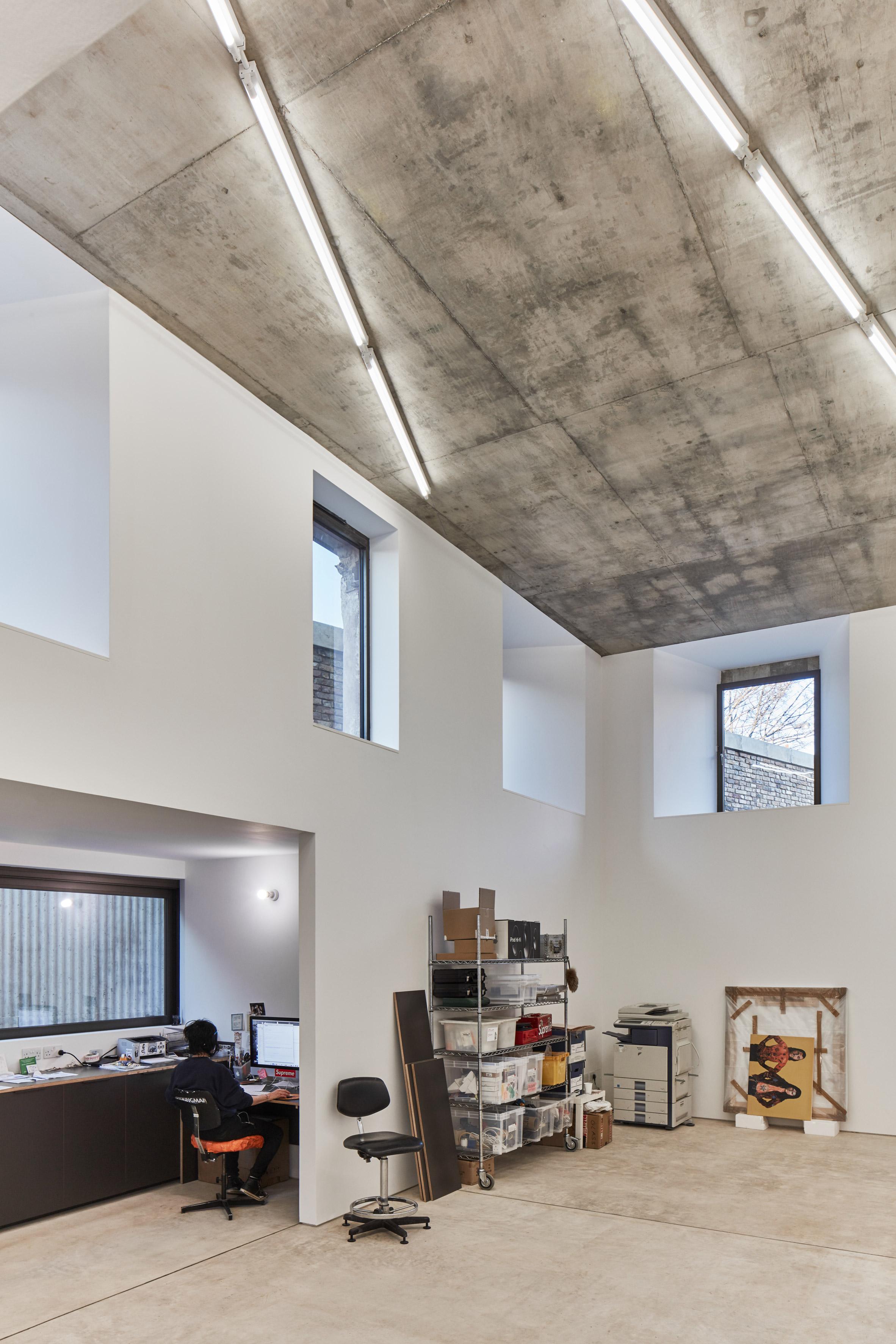 Con techos muy altos e iluminación natural