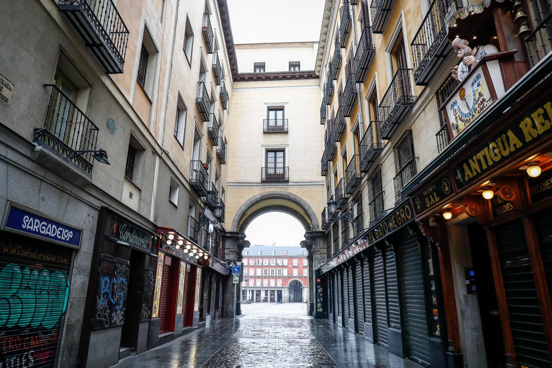 Locales cerradas en una de las calles que desembocan en la Plaza Mayor de Madrid / Gtres