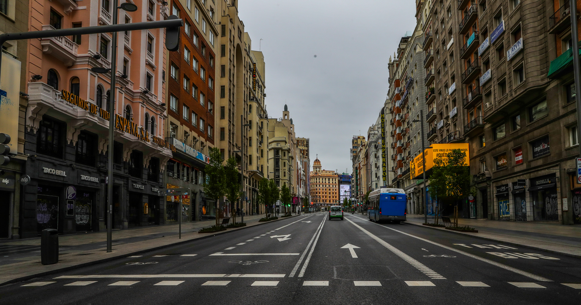 La calle Gran Vía (Madrid), una de las más comerciales de la capital, desierta por el covid-19. / Gtres