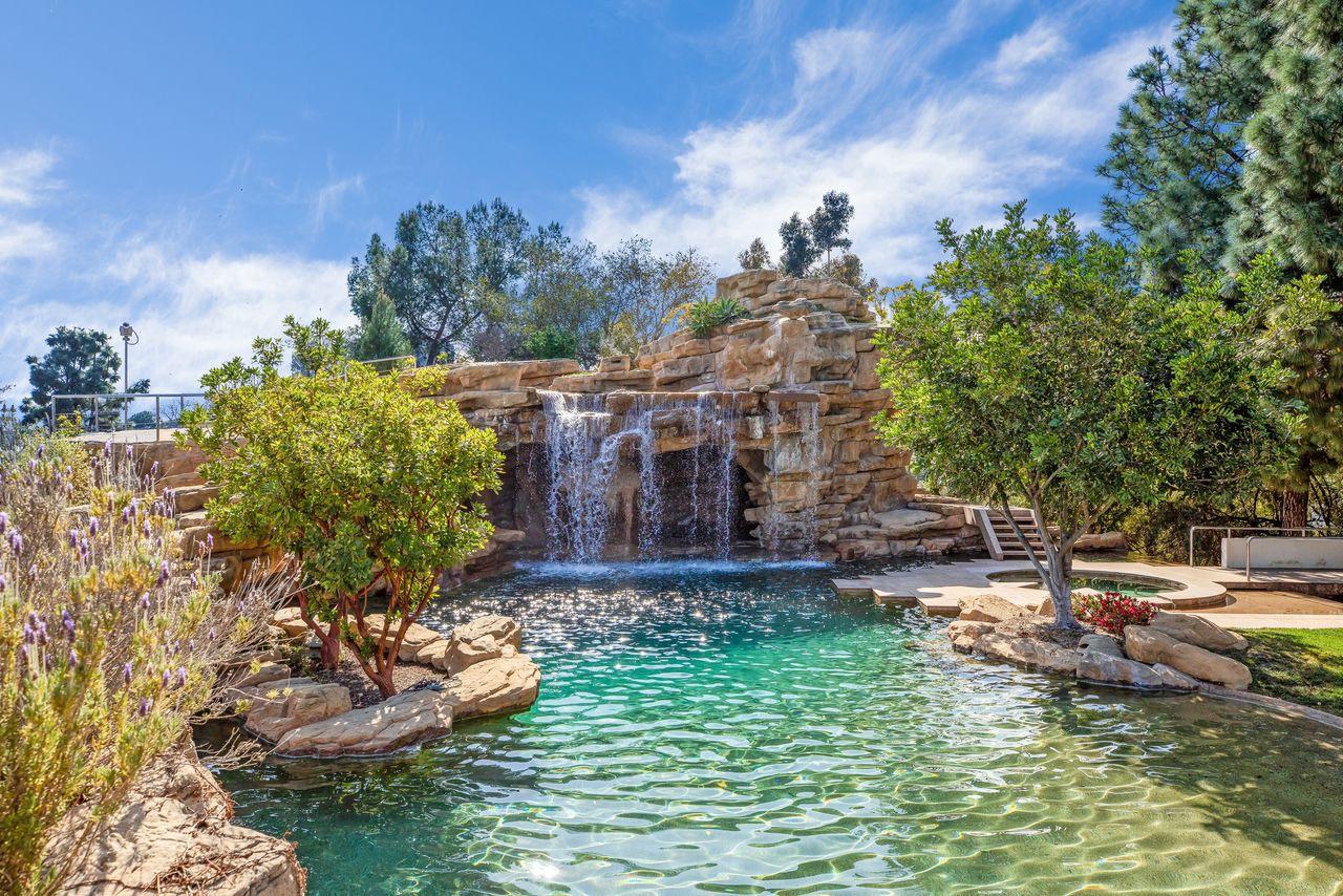 Piscina con cascada / Anthony Barcelo/Westside Estate Agency