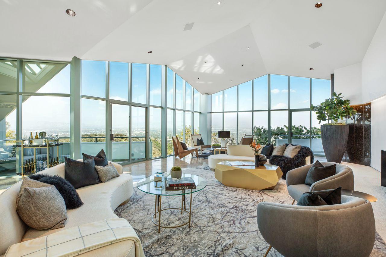 Amplio salón con ventanales / Anthony Barcelo/Westside Estate Agency