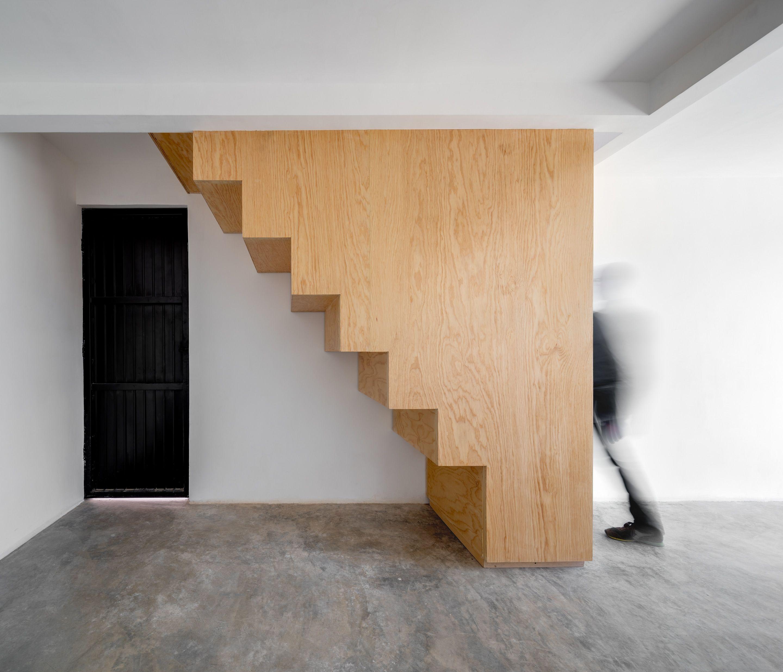 Escaleras de madera que conectan ambas plantas