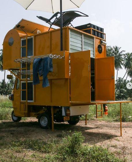 Tiene un tanque de agua y un panel solar
