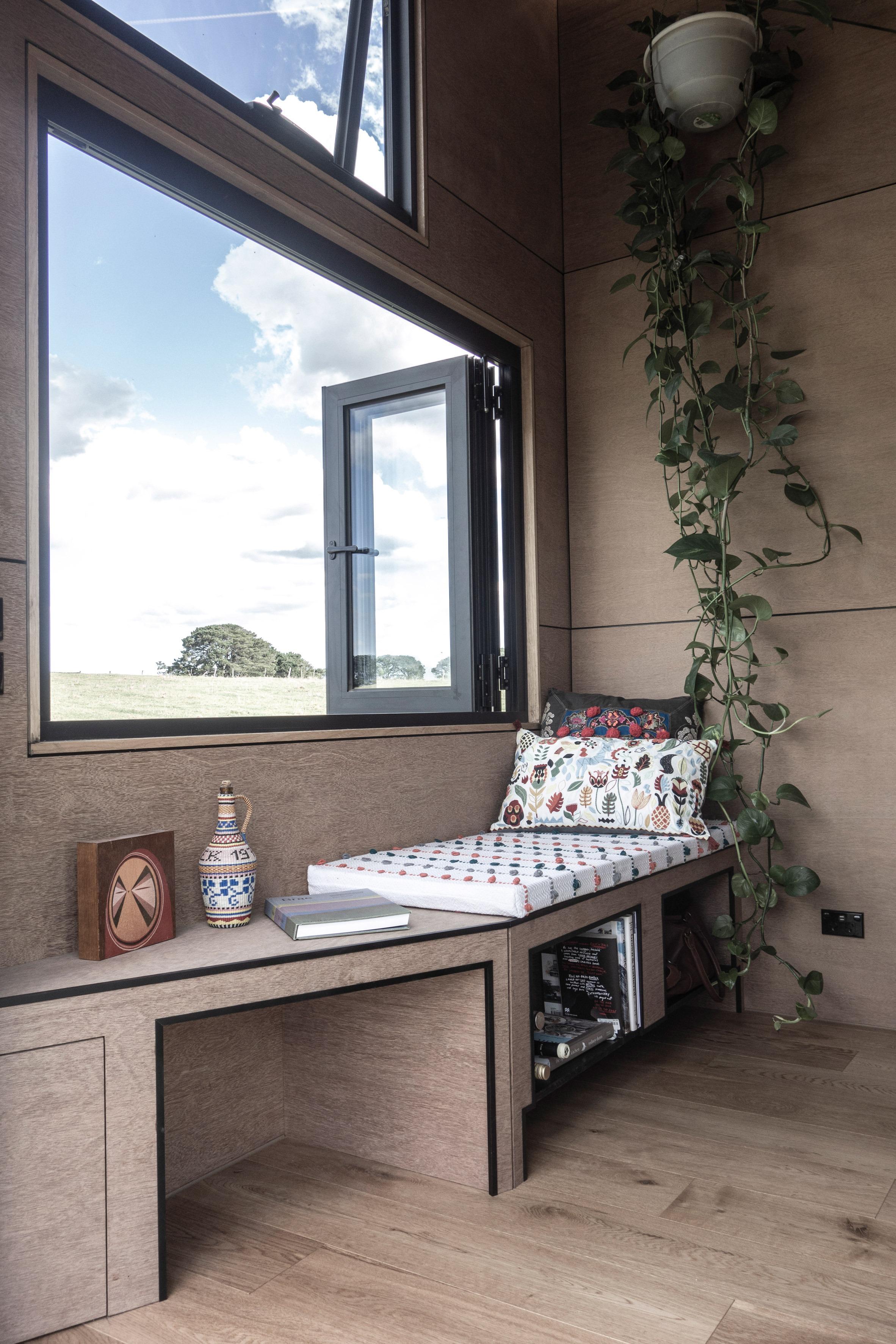 Salón con ventana / Studio Edwards