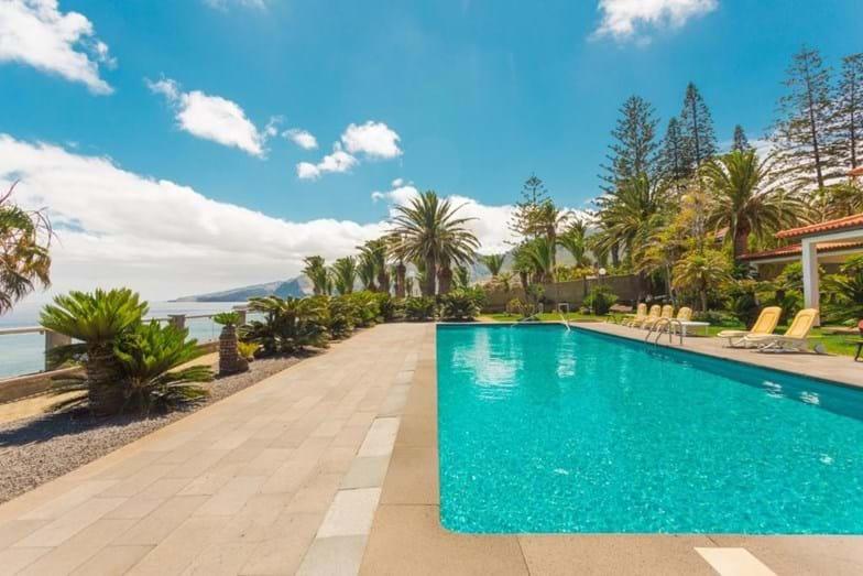 Piscina y jardines / Flash! via Booking