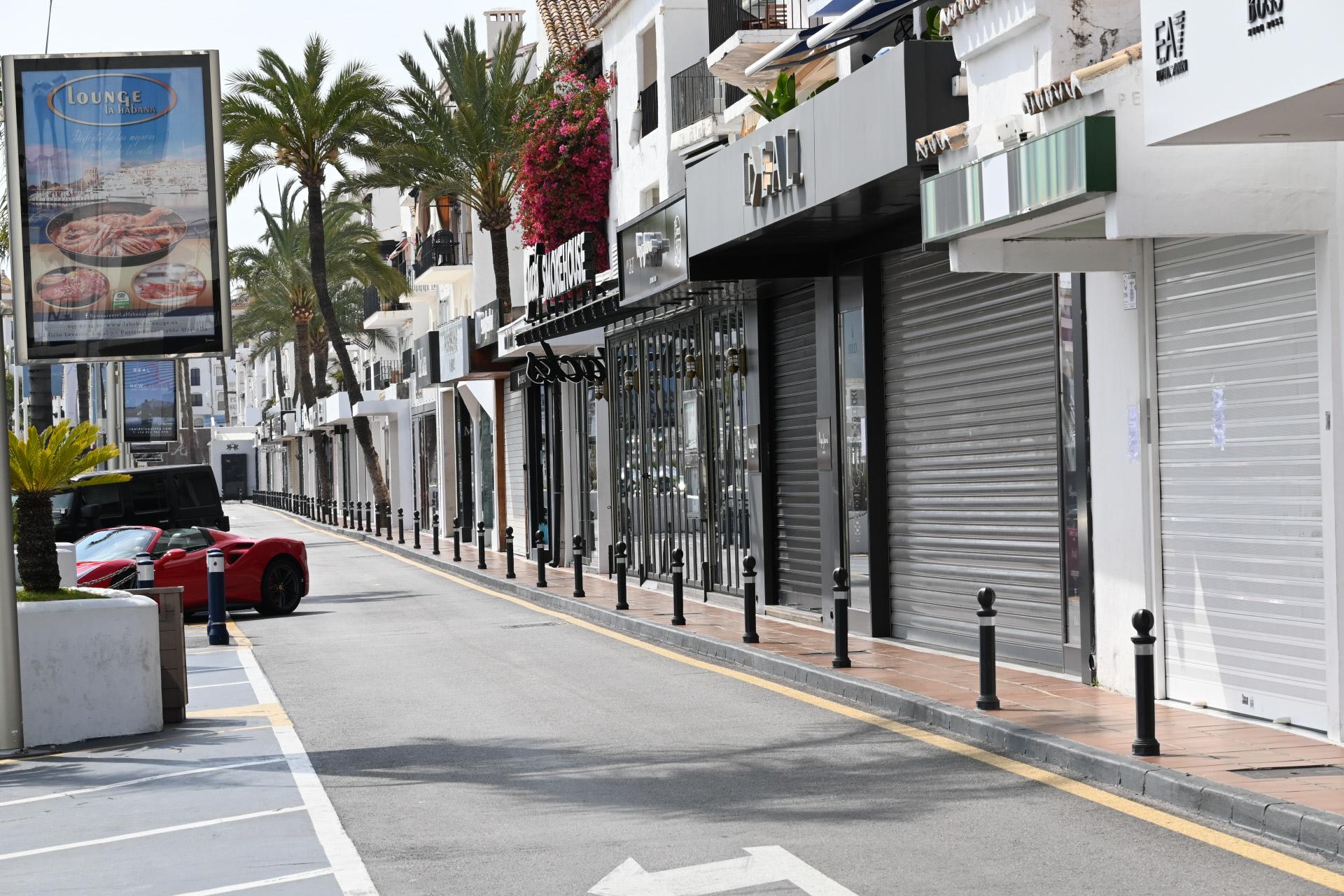 Locales cerrados en una calle de Marbella, Málaga / Gtres