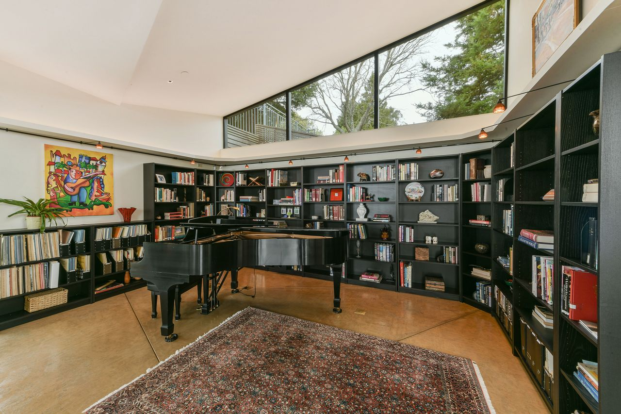 Biblioteca con piano / Open Homes Photography Inc.