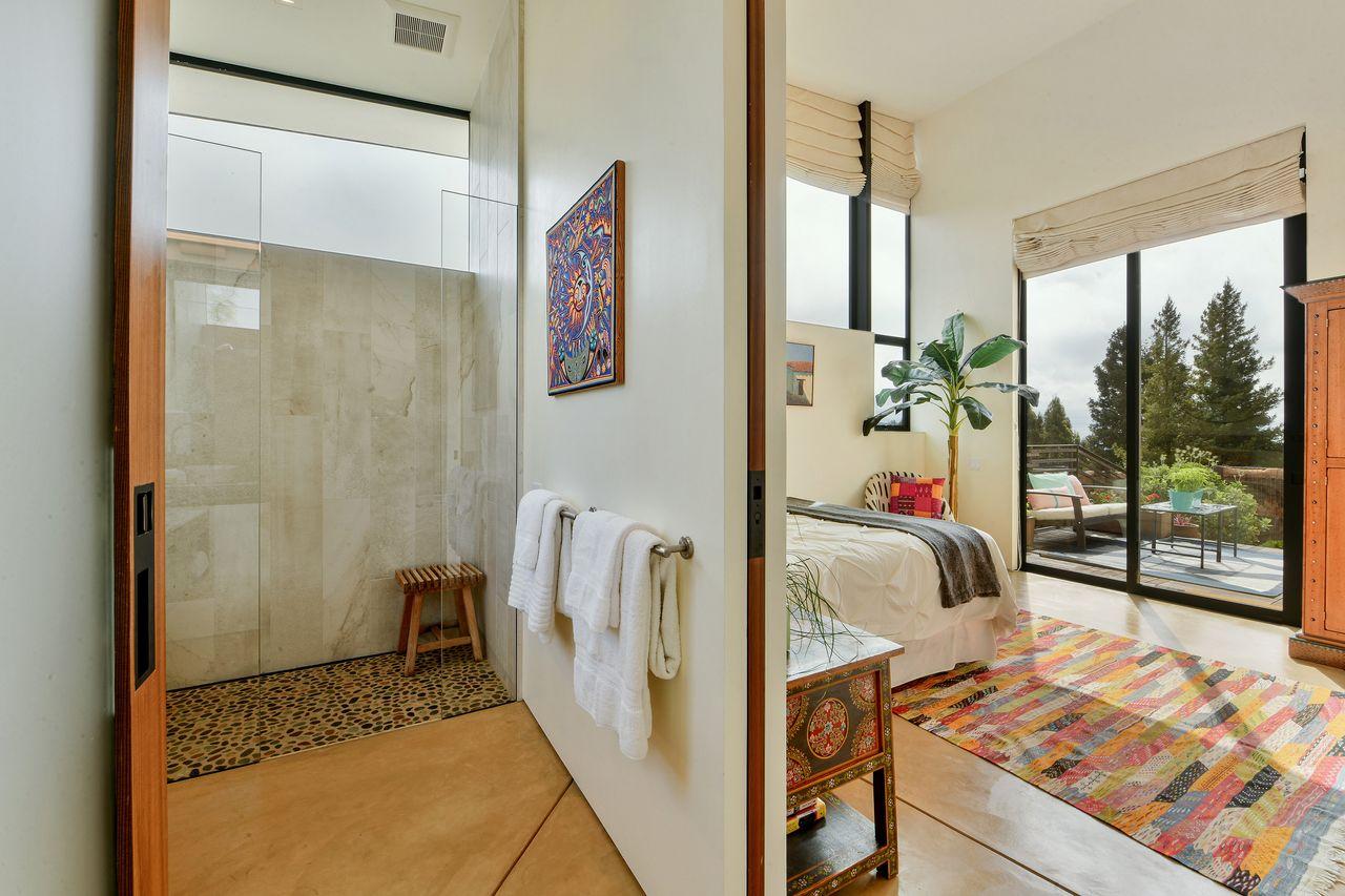 Detalla del dormitorio con baño en suite / Open Homes Photography Inc.