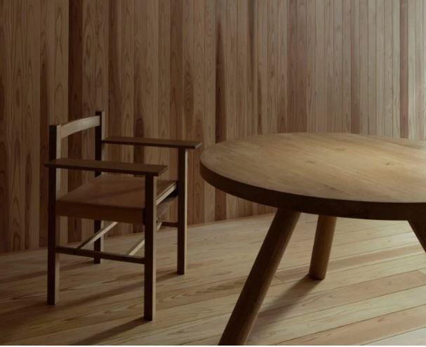 La mesa y la silla, también de madera